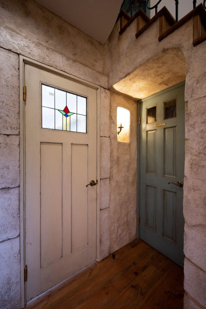 エイジング塗装された扉、階段下